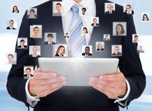 Бизнесмен используя цифровую таблетку представляя сообщение Стоковые Изображения