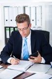 Бизнесмен используя чалькулятор Стоковое Фото