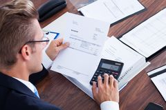 Бизнесмен используя чалькулятор Стоковая Фотография RF