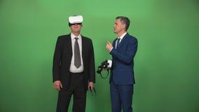 Бизнесмен 2 используя шлемофоны VR акции видеоматериалы