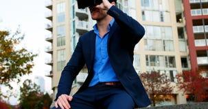 Бизнесмен используя шлемофон виртуальной реальности акции видеоматериалы