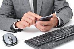 Бизнесмен используя smartphone в офисе стоковое изображение rf