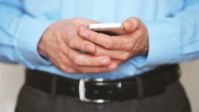 Бизнесмен используя smartphone видеоматериал