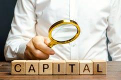 Бизнесмен исследуя начало столицы Материал, интеллигент и финансовые ресурсы сочетания из используемые для выгоды, стоковое фото rf