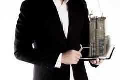 Бизнесмен ища недвижимость от таблетки перевод принципиальной схемы 3d изолированный облечением Стоковые Фотографии RF