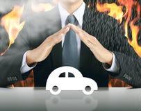 Бизнесмен и автомобиль с предпосылкой огня стоковые фотографии rf