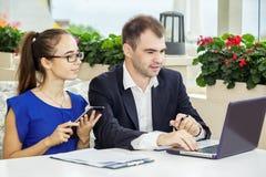 Бизнесмен и дама дела на встрече Они обсуждают контракт Стоковое Фото