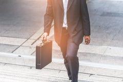 Бизнесмен и бизнес-леди вверх по лестницам Стоковое Фото