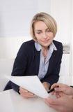 Бизнесмен и бизнес-леди работая совместно на офисе. Стоковая Фотография