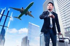 Бизнесмен и большой принадлежа багаж наблюдая к небу и руке Стоковые Фотографии RF