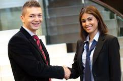 Бизнесмен и встреча женщины дела Стоковые Изображения