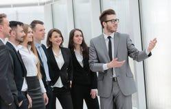 Бизнесмен и группа в составе молодые бизнесмены Стоковое Изображение