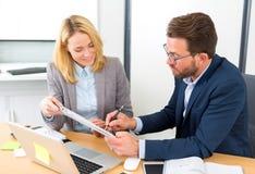 Бизнесмен и его ассистент работая совместно на офисе Стоковое фото RF