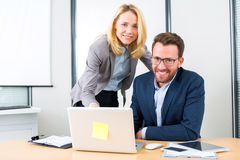 Бизнесмен и его ассистент работая совместно на офисе Стоковые Изображения RF