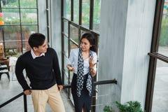Бизнесмен и его партнер говоря о деле на лестницах стоковые фотографии rf