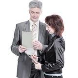 Бизнесмен и женские ассистентские обсуждая вопросы работы стоковая фотография rf