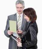 Бизнесмен и женские ассистентские обсуждая вопросы работы стоковые изображения