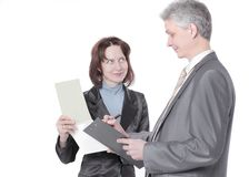 Бизнесмен и женские ассистентские обсуждая вопросы работы стоковое фото