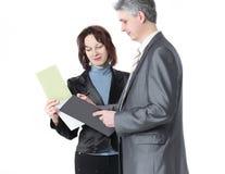 Бизнесмен и женские ассистентские обсуждая вопросы работы стоковое изображение rf