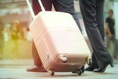 Бизнесмен и женщина вытягивая чемодан в современном городе, годе сбора винограда t Стоковое Изображение