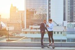Бизнесмен и женщина, город Стоковое Изображение