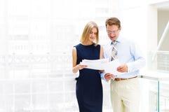 Бизнесмен и женщина дела в офисе Стоковая Фотография RF
