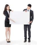 Бизнесмен и женщина держа пустую белую доску Стоковые Фото