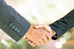 Бизнесмен и женщина держа руки Стоковое Изображение RF