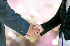 Бизнесмен и женщина держа руки Стоковая Фотография RF