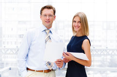 Бизнесмен и женщина дела в офисе Стоковые Фотографии RF