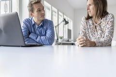 Бизнесмен и женщина имея болтовню Стоковое Изображение RF