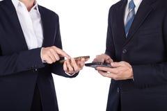Бизнесмен и женщина используя smartphone изолированный на белизне Стоковые Изображения
