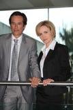 Бизнесмен и женщина, котор стоят совместно Стоковая Фотография RF