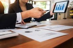 Бизнесмен и женщина обсуждают о финансовом плане на числе Стоковая Фотография RF