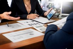 Бизнесмен и женщина обсуждают о финансовом плане на числе Стоковые Фотографии RF