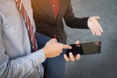 Бизнесмен и женщина обсуждают о финансовом плане на числе Стоковые Изображения