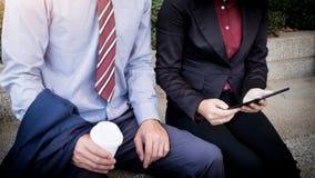 Бизнесмен и женщина обсуждают о финансовом плане на числе Стоковое Фото
