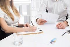 Бизнесмен и женщина обсуждая отчет Стоковое Изображение RF