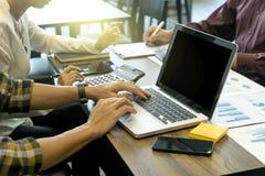 бизнесмен и женщина обсуждая о startup деле Стоковое Фото