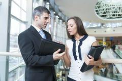 Бизнесмен и женщина обсуждая работу Стоковое фото RF