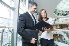 Бизнесмен и женщина обсуждая работу Стоковые Фотографии RF