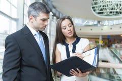 Бизнесмен и женщина обсуждая работу Стоковое Фото