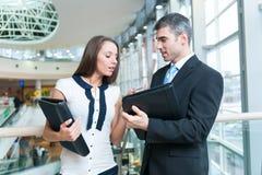 Бизнесмен и женщина обсуждая работу Стоковое Изображение