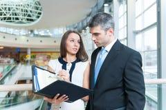 Бизнесмен и женщина обсуждая работу Стоковая Фотография