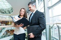 Бизнесмен и женщина обсуждая работу Стоковые Изображения RF