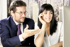 Бизнесмен и женщина потревожились в офисе перед компьютером Стоковые Фото