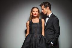 Бизнесмен и женщина представляя с руками в карманн Стоковое Изображение RF