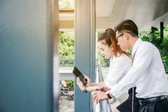 Бизнесмен и женщина при планшет стоя говорящ и Стоковое фото RF