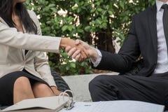 Бизнесмен и женщина проверяя руку для того чтобы быть партнерством к succes Стоковое Изображение RF