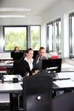 Бизнесмен и женщина работая в офисе Стоковое фото RF